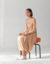 리가 착용한 원피스 〈문초이〉, 뮬 〈크리스티앙 뵈이넝스〉. 의자: 샬로트 페리앙이 디자인한 〈까시나〉의 LC8.
