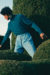 카이산의 터틀넥 〈드 퓌르사크〉, 바지와 벨트 〈디올 맨〉. 위: 카이산의 슈트 〈알렉산더 맥퀸〉.
