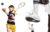 왼쪽부터오른쪽:사이먼이입은스웨트셔츠는,쇼츠와헤드밴드는.폴로셔츠는, 쇼츠와모자,시계는.라민이입은쇼츠는,양말과스니커즈는.테니스라켓과공은모두.